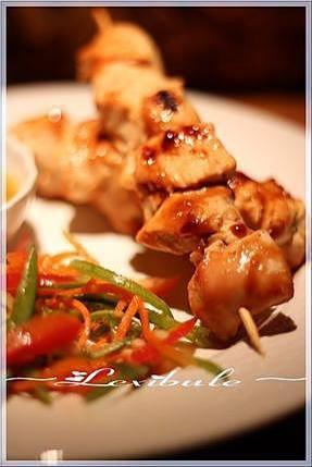 La meilleure recette de ~Brochettes de poulet, sauce à l'orange~! L'essayer, c'est l'adopter! 5.0/5 (1 vote), 3 Commentaires. Ingrédients: 450g (1 lb) de poitrines de poulet, la peau enlevée 2 petits poireaux 12 shiitakes coupés en deux (moi champignons blancs) 15 ml (1 c. à soupe) d'huile canola (moi omis, cuisson sur le B.B.Q.)  Ingrédients pour la sauce à l'orange 500 ml (2 tasses) de jus d'orange (moi le Tropica sans pulpes car il est plus épais et goûteux...