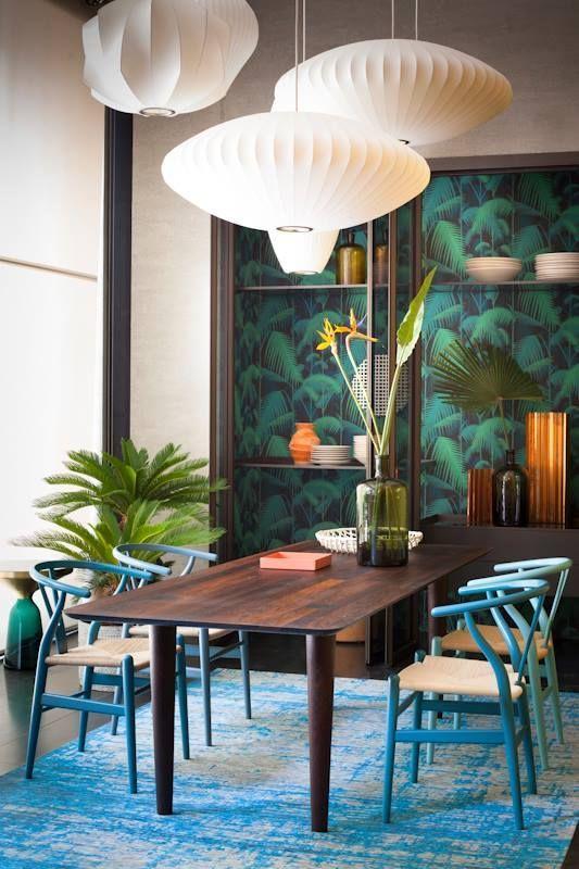 Un bel exemple de mix entre la tendance jungle et du bleu électrique ou motifs vegetaux du papier peint rencontre les suspension japonaise