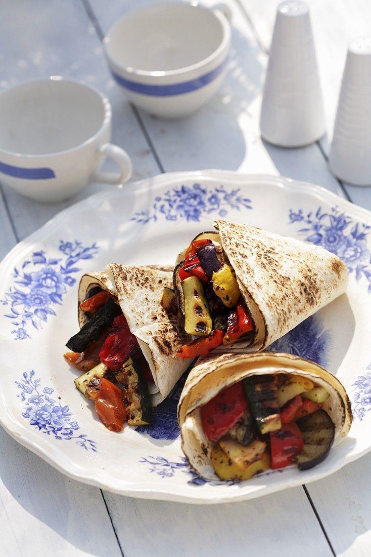 Gemüse-Wraps mit Zucchini, Paprika und Aubergine | Zeit: 20 Min. | http://eatsmarter.de/rezepte/gemuese-wraps-2