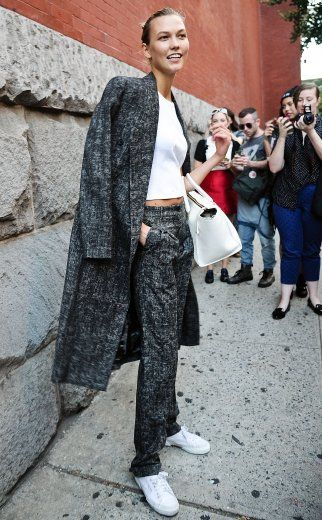 Sneaker: Yes. Jeans: No. Karlie Kloss veredelt den typischen Model off Duty-Look und stylt ganz selbstverständlich & sophisticated weiße Turnschuhe zum Tweed-Anzug. Dabei ist der Longblazer ganz lässig über einem Basic-Tee drapiert und die Handtasche in Weiß darf den Posh-Sport-Style vervollständigen.