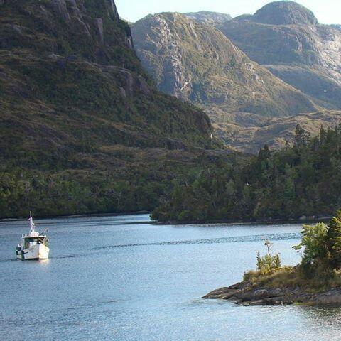 Lareserva nacional Alacalufeses un área silvestre protegida ubicada en la Región de Magallanes y de la Antártica Chilena.  Esta área silvestre es una enorme extensión de tierra desmembrada por un activo tectonismo y por las potentes glaciaciones ocurridas en el último millón de años. Es una reserva, abrazada en cada rincón por el mar y coronada por ventisqueros.  La reserva nacional Alacalufes fue creada el 22 de julio de 1969 y protege una superficie de 2313875ha. Está situada en la…