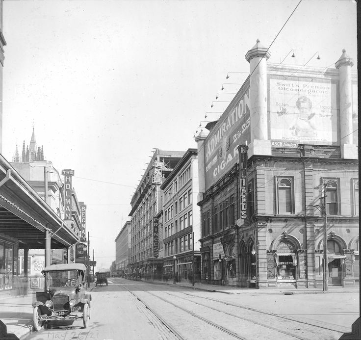 Rue Sainte-Catherine à l'angle du square Phillips, 26 mai 1921,