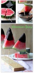 Chocolade, watermeloen en ijs, ik ben er dol op!  Watermeloen (ijs)lolly's, lekker fris en fruitig.  Benodigdheden: •watermeloen •gesmolten chocolade •lollystokjes of prikkers  Koop een watermeloen die hol klinkt als je erop klopt. Die is rijp. Verdeel 'm eerst van boven naar beneden in 8 gelijke parten. Leg elke part met de schil naar beneden op een snijplank en snijd 'm in circa 2 cm dikke plakken. Zo ontstaan vanzelf driehoekjes.  Maak in de schil van elk driehoekje een inkeping met…