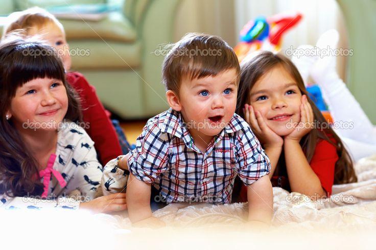 Grupo de niños felices en casa viendo la tele - Imagen de stock: 14806727