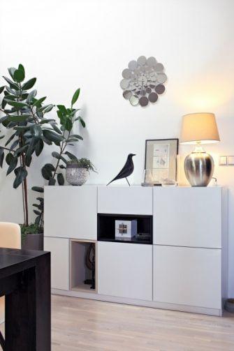 Živé rostliny a vkusné designové doplňky dodávají elegantnímu bytu na osobitosti