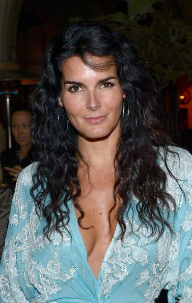 Angie Harmon Long Wavy Cut - Angie Harmon attended a private dinner given by Naeem Khan wearing her long locks in beachy waves.