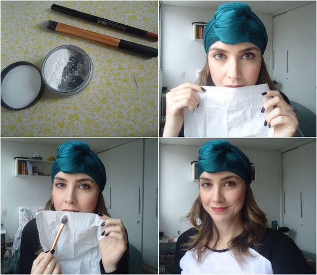 Aumente a durabilidade do batom com uma camada de pó translúcido assim: | 26 truques rápidos de maquiagem que vão facilitar a sua vida