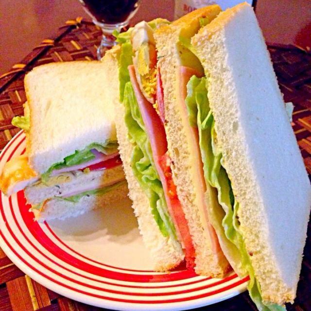 燻製卵でお夜食にサンドウィッチ 2人でごそごそ立ち上がっては時間見ての繰り返しで出た結論(笑) 何度寝る前だからね〜太るよね〜と言い合い抑えたのに我慢できなかった 大口開けて食べるふかふかパン最高だぁ❗さぁ歯を磨いて寝なければ - 39件のもぐもぐ - a midnight snack夜食にサンド〜ウィッチ by Ami
