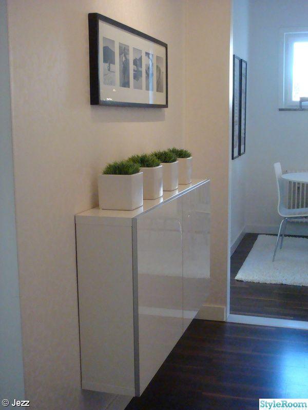Dans une entrée ou un couloir, penser au meuble BESTÅ de faible profondeur (20 cm) de chez Ikea