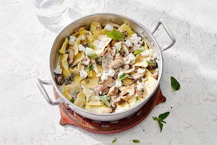 Romige pasta met een dubbele dosis paddenstoelen. En zo op tafel! - recept - allerhande