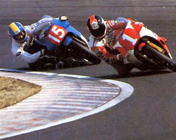 86年の鈴鹿Big2&4のトップ争い。 #1平忠彦 と、#15八代俊二(モリワキ・エンジニアリング /'85ホンダNSR500)