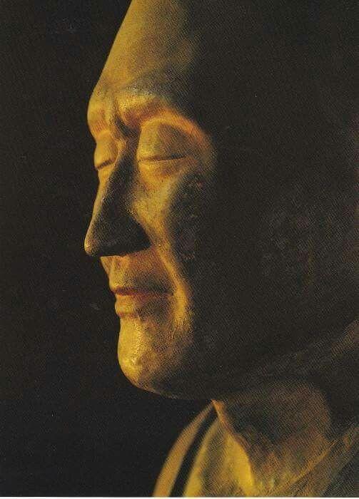 【奈良・唐招提寺/鑑真和上坐像(763年)】 日本最古の肖像彫刻。脱活乾漆造りだが膝上で組んだ両手は木製。 目を閉じた表情で晩年の鑑真和上の気品と深い精神性を表現している。1833年の火災で頭頂部や膝部分が破損し、補修されている。