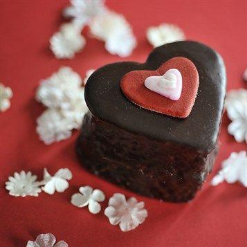 Kiss Me Cake - red bg