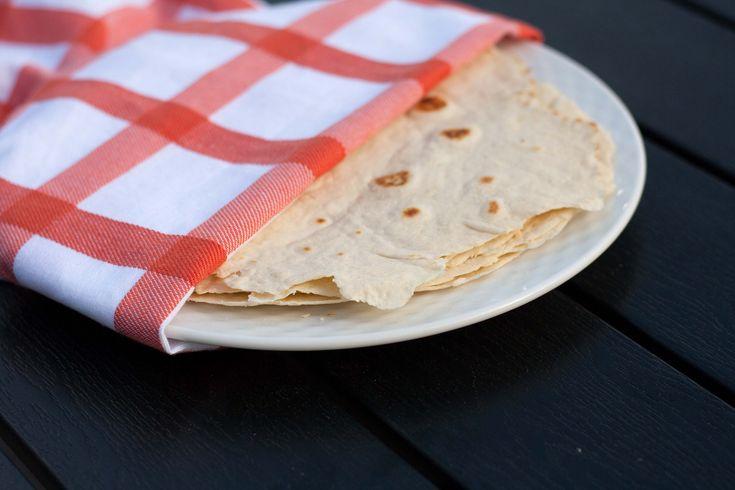 Hjemmelavede tortilla wraps er så meget bedre end dem man kan købe i butikken, og så er de super nemme at lave. Så det er bare med at komme igang.