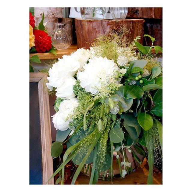 . . ウェディングドレス用にも、カラードレス用にも♪  実はこちらのブーケの形・・・ 海外の花嫁様の間で人気のウェディングブーケ、 『シャワーブーケ』のようなデザインにしてあります♡ .  シャワーブーケとは・・・ お水が降りそそぐようにお花やグリーンがたっぷり飛び出たブーケの事  お花が溢れているようなボリューム感のあるデザインが特徴で、  花嫁様が歩くたびにお花がふわふわ揺れてとっても可愛いんですよ! . #flowerwalkpopo #富山県 #花嫁準備 #プレ花嫁 #結婚式準備 #結婚式 #ウェディング #テーマウェディング #オリジナルウェディング #秋婚 #キャナルサイドララシャンス #ララシャンス#花屋 #花 #ナチュラル #ブーケ #クラッチブーケ #ブライダル #wedding #weddingflowers #bride #bridal #bridalflowers #instflower #flowerstagram #flowerpic#bouquet