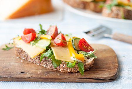 Een open boerensandwich: Bereid met lekkere boeren Goudse kaas van de familie Lekkerkerker en verse producten uit je supermarkt. Uit: de Coop Keukentafelgids Lente 2014.