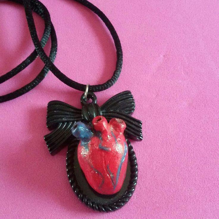 Collana con ciondolo cammeo realizzato a mano #pinup #rockabilly #gothic #horror #goth #dark #heart #anatomicheart #splatter #cammeo #resin #black #red #bow #zombie #livingdead #halloween #13 #witch #creepynight #dead #31october
