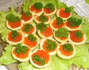 Вкусное блюдо из красной икры для рождественского столаДля приготовления блюда Салат «Царский» необходимы следующие ингредиенты: креветки – 400 гр., кальмары – 200 гр., палочки крабовые – 1 уп., яйца – 4 шт., икра малосоленая красная – 1 баночка, тарталетки – одна уп., майонез – 100 гр., свежая укропная зелень – небольшой пучок, лист лавровый, соль, перец горошком черный.