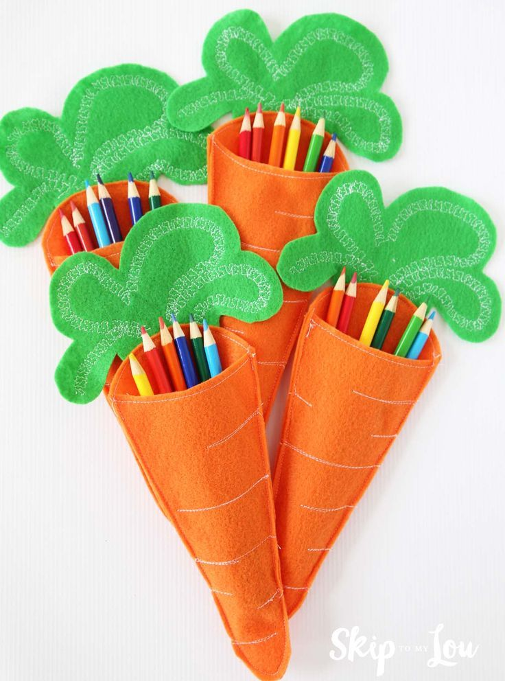 Felt Carrot Pencil Holders for the Child's Easter Table. An easy DIY craft and gift idea to keep kiddos entertained during dinner.
