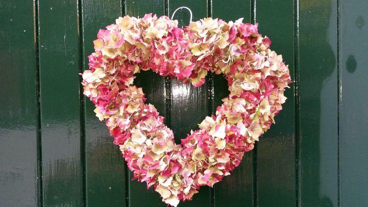 Hart gemaakt van hortensia`s en een klerenhanger.
