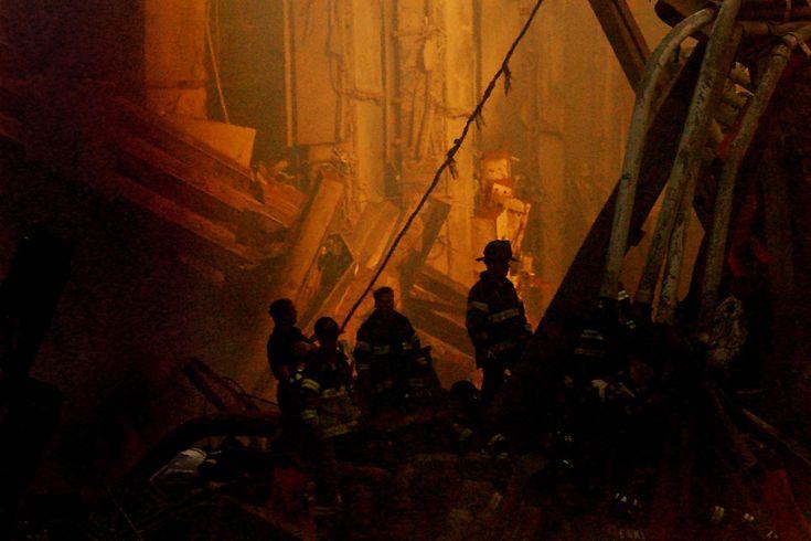 2001年9月14日,救援人員正在搜救。