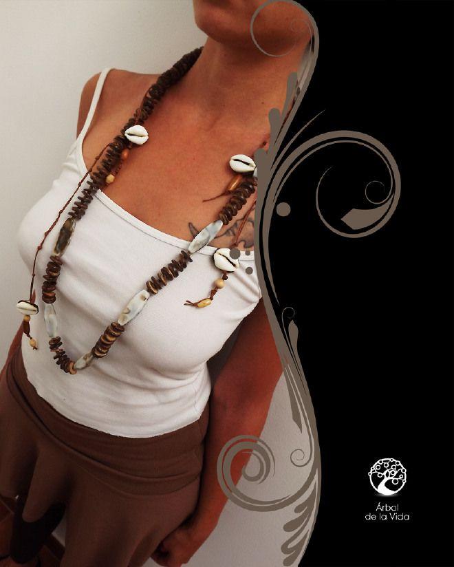 conchasCollana lunga realizzata con dischi in legno, perle in acrilico bianche con striature grigie. dalla collana scendono fili in algodon marrone con conchiglie e perle in legno che formano dei piccoli alberi della vita. Un mix perfetto tra stile africano, indiano e marino