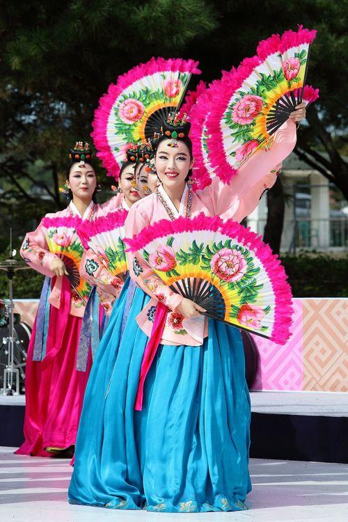 Korean Fan Dance Traditional Dance In 2019 Korean