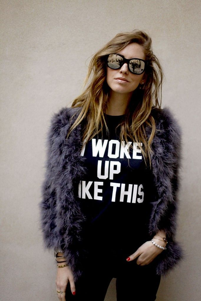 Printed tee, faux fur and mirrored shades.