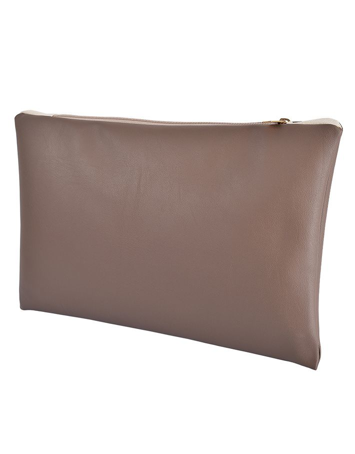 The Dove Grey è una pochette in Ecopelle di altissima qualità con chiusura a zip dorata, foderata internamente con tessuto Ottoman color panna, completamente realizzata a mano