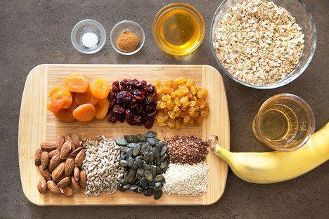 Tyčinky si připravte s ovocem, oříšky a semínky, které vám chutnají nejvíce. Stačí dodržovat podíl 1 hrnku ovoce a 1 hrnku ořechů a semínek na 2 hrnky ovesných vloček; Mona Martinů