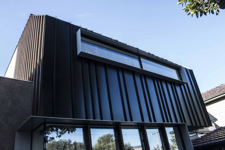 Docker Street House features our Standing Seam wall panel cladding system in a random pattern. #metalcladding #metalcladdingsystems #standingseam #blackcladding #metal #cladding #system #panel #wallpanel #home #houses #inspo #walls #sheetmetal #architectural #architecturalcladding #facadepanel #facade #metalfacade