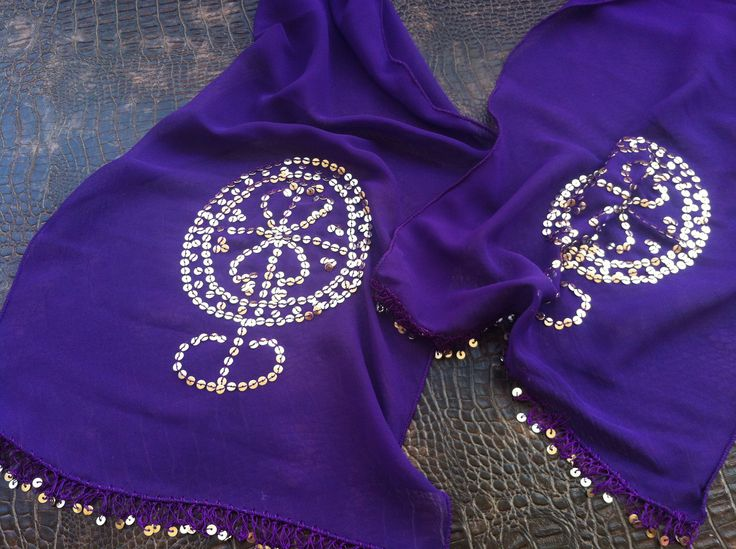 """Bolluk sembolizing metal pul ile süslenmiş, doğurganlık, Şamanizm de doğuş.  Umut size de mutluluk getirir. 60 """"uzunluk, 12"""" width   https://www.etsy.com/listing/158741891/purple-foulard?ref=shop_home_active"""