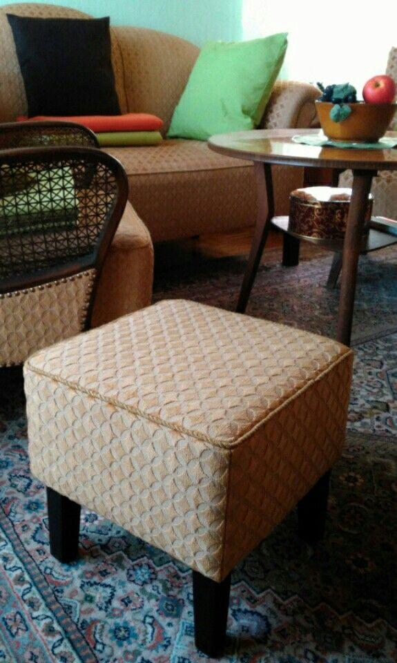 kleiner stuhl und ottomane m belideen. Black Bedroom Furniture Sets. Home Design Ideas