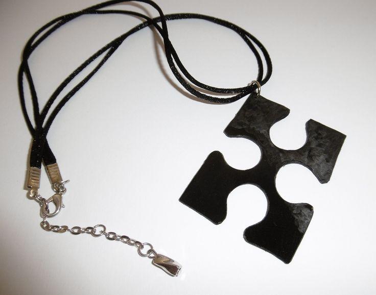 Collier cordon avec pièce de puzzle découpée dans un disque vinyle : Collier par tout-en-vinyle