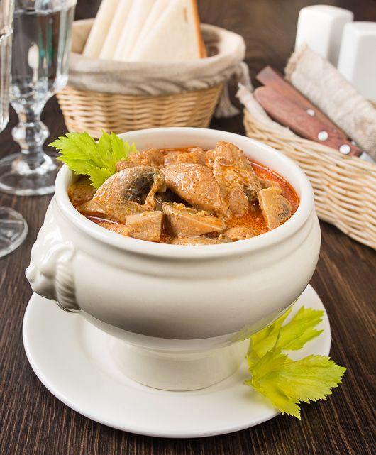 Еще один простой, быстрый и довольно экономичный рецепт на каждый день. Вариация на тему венгерского паприкаша - только с курицей и грибами. Здесь я использовала филе куриных бедер, но вы можете взять и филе грудок. А еще - просто заменить курицу на свиную или говяжью вырезку. Или на индейку.Подать блюдо можно с картофелем или с [...]