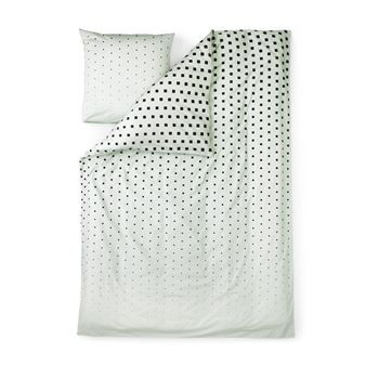 Det trendy og stilrene Cube-sengesettet er designet av Anna Lehmann for danske Normann Copenhagen. Sengesettet er laget i fin vevet bomullssateng med et enkelt grafisk mønster med små kuber. Settet består av et dynetrekk som lukkes med skjulte knapper og et putevar i konvoluttmodell. Oppdater soverommet ditt med dette herlige sengesettet og du vil garantert sove godt! Velg mellom forskjellige farger.