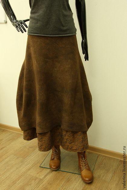 Юбка валяная `ОРЕХ КРАКАТУК`. Такая вот получилась юбка - мягкая, комфортная, пластичная, необычной формы. Плотно обегающая фигуру кокетка, дальше - мягко спадающие фалды, ассиметричная линия низа. Цельноваляная подкладка из вискозы, тонкий слой…