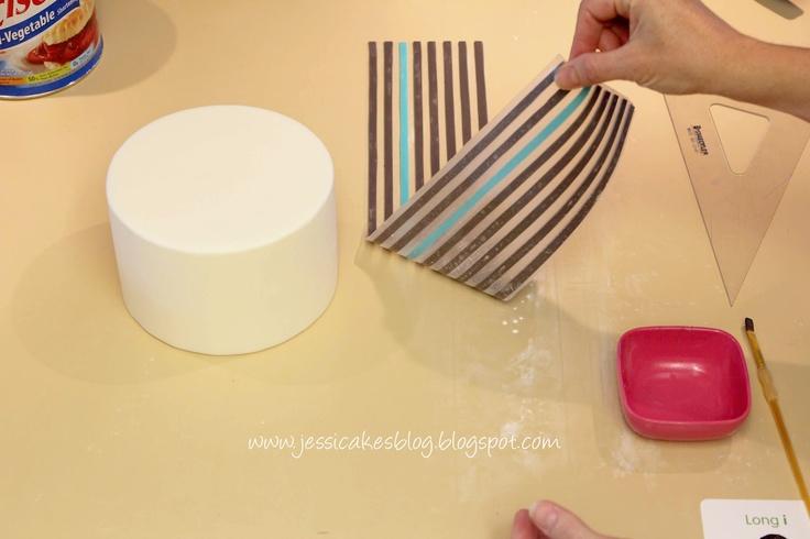 Gestreepte taart met gebruik van waxpapier om over te trekken /How to make a horizontal stripe cake...with wax paper transfer www.hierishetfeest.com