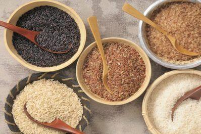 Greifen Sie öfter zu Naturreis als zu weißem Reis: Brauner Reis senkt das Risiko, an Diabetes zu erkranken, enthält mehr Vitamine, Mineral- und Ballaststoffe.