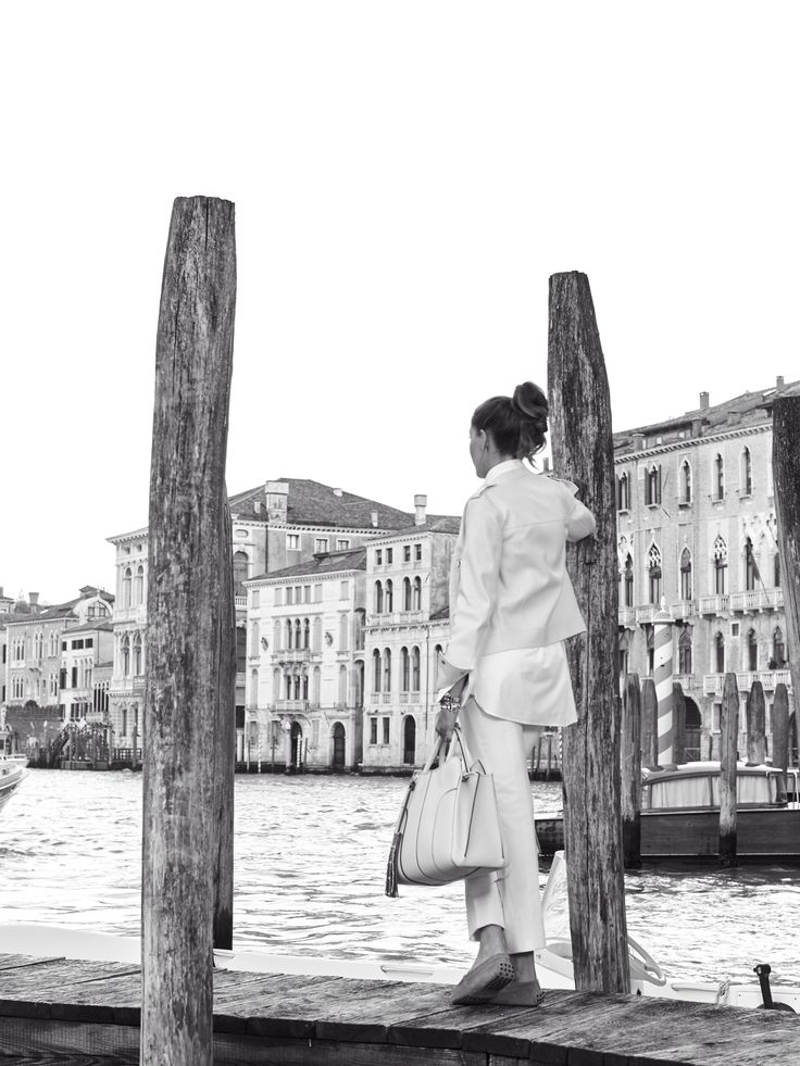 A passion for sailing and interior design: discover Venice through the style of Chiara Grimani at tods.com #Tods #TodsSellaBag #Portraits