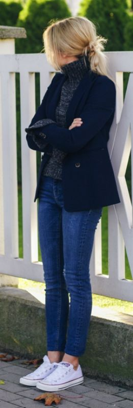 Katarzyna Tusk wears casual denim jeans and a pullover with her white converse. Sweater: Zara, Jeans: Mango, Jacket: Massimo Dutti.
