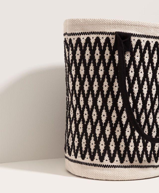 Bolso shopper bicolor, 27.99€ - Bolso formato shopper combinado blanco y negro. Bolsillo pequeño interior. Medidas 39x48x30 - Encuentra más tendencias primavera verano 2017 en Oysho.