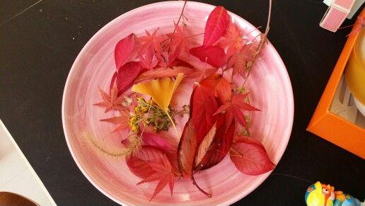 예쁜 단풍잎 주워다가 딸과 함께 스케치북에 가을을 표현했답니다