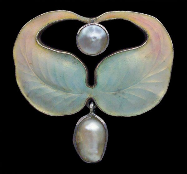 Jugendstil Brooch attributed to Otto Prutscher  Gilded silver Enamel Pearl  H: 3 cm (1.18 in)  W: 3.1 cm (1.22 in)   Marks: 'HL' monogram 'Depose 900''  German, c.1900: