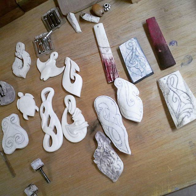 Comenzando la jornada del día #bonecarving #TallasEnHueso #arte #art #tallado…