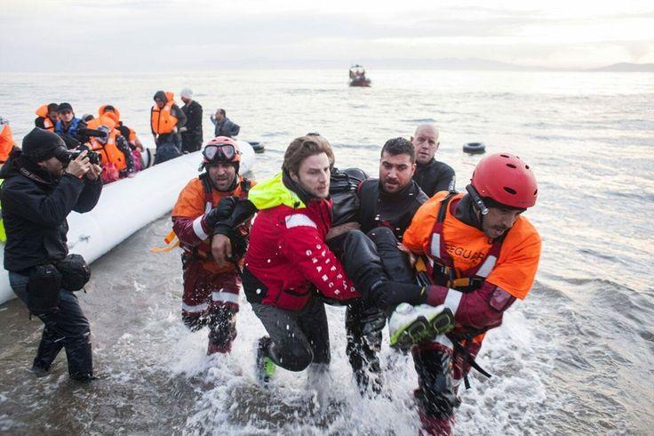 Shukran es la primera palabra que uno aprende cuando llega a Grecia como voluntario. Shukran significa 'gracias' en árabe y es lo que la mayoría de las personas repite sin cesar cuando, tras atravesar los entre 9 y 20 kilómetros que separan la costa turca de la griega, pisan por fin tierra firme, en busca de asilo en Europa. El Grupo Confederal de la Izquierda Unitaria y la Izquierda Verde Nórdica ha reunido en el Parlamento Europeo a representantes de las organizaciones de voluntarios que…