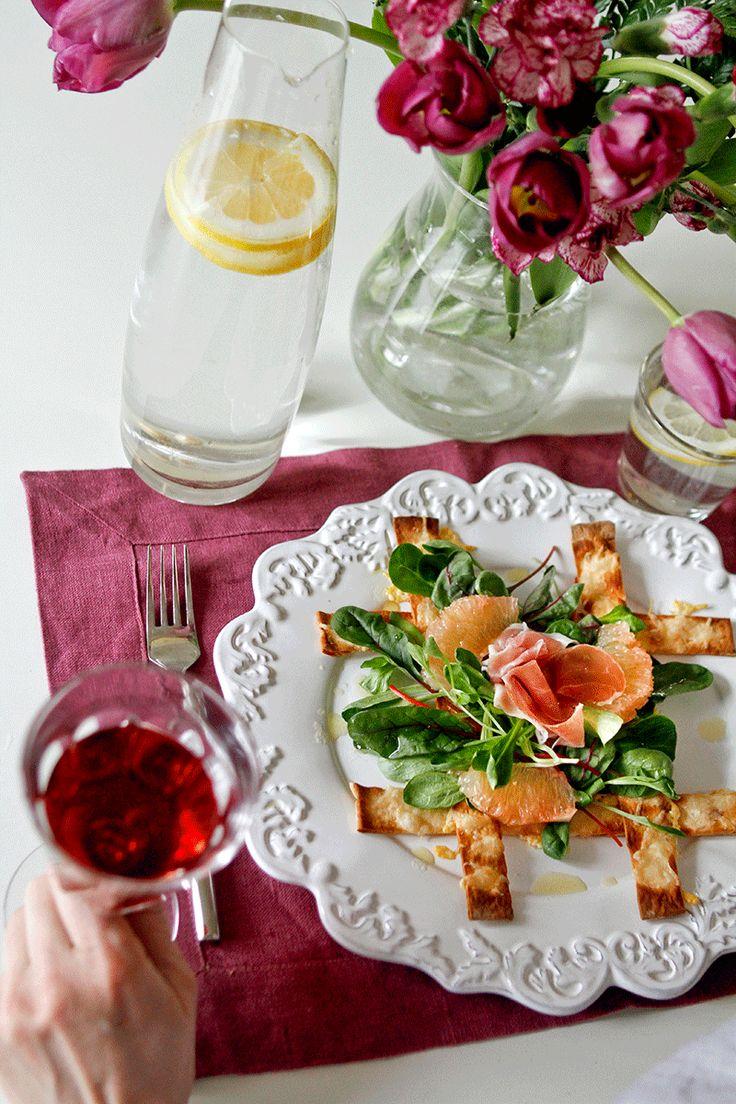 Sallad med tunnbrödsstavar med parmesan, prosciutto och grapefrukt