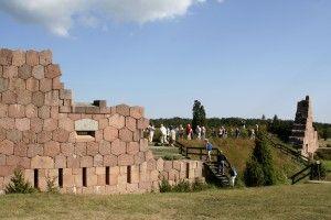Bomarsundin venäläislinnoitus oli aikoinaan mittasuhteiltaan uskomaton rakennustyömaa ennen kuin se joutui brittiläisten ja ranskalaisten sotajoukkojen hävityksen kohteeksi Krimin sodan aikana vuonna 1854. Tämä sota loi myös perustan Ahvenanmaan aseistamattomuudelle. Tänä päivänä rauniot ovat kuitenkin suosittu nähtävyys ja entiset puolustustornit, kuten Notivikstornet, lyömättömiä näköalapaikkoja.