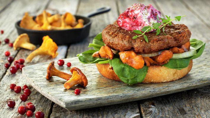 Lammeburger med sopp og tyttebærkrem  En saftig burger vekker alltid begeistring, og behøver slett ikke å være laget av storfekjøtt. Kjøttdeig av lam er en glimrende råvare som godt kan brukes til mer enn lammeboller og moussaka! Om høsten bugner det også av både sopp og bær i skogen, og alt kommer til nytte her.  http://www.matprat.no/Oppskrifter/Kos/Lammeburger-med-sopp-og-tyttebarkrem/  FØLG meg på Facebook, jeg poster fantastiske ting hver dag  https://www.facebook.com/gulkri Bli med i…