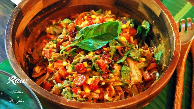Najlepší zeleninový šalát, ktorý som pripravila i ochutnala! Surová Itália! Chutí lepšie ako pravá talianska pizza a naša Raw Pizza je ním inšpirovaná. Na základ potrebujeme: – 400g cherry rajčiniek – ľadový šalát, špenát alebo listy podľa chuti – 2 červené papriky – cukinu – rukolu – sušené paradajky – sušené šampiňóny – 1-2 …